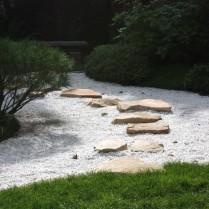 Meudon : Pas japonais en grès de Fontainebleau traversant le jardin sec. A gauche, un petit pin nain taillé