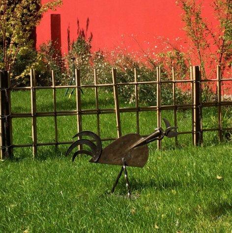 Jardin japonais rouge coq et mur rouge