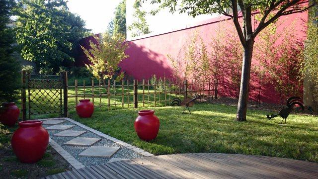 Jardin japonais rouge mur rouge de la terrasse