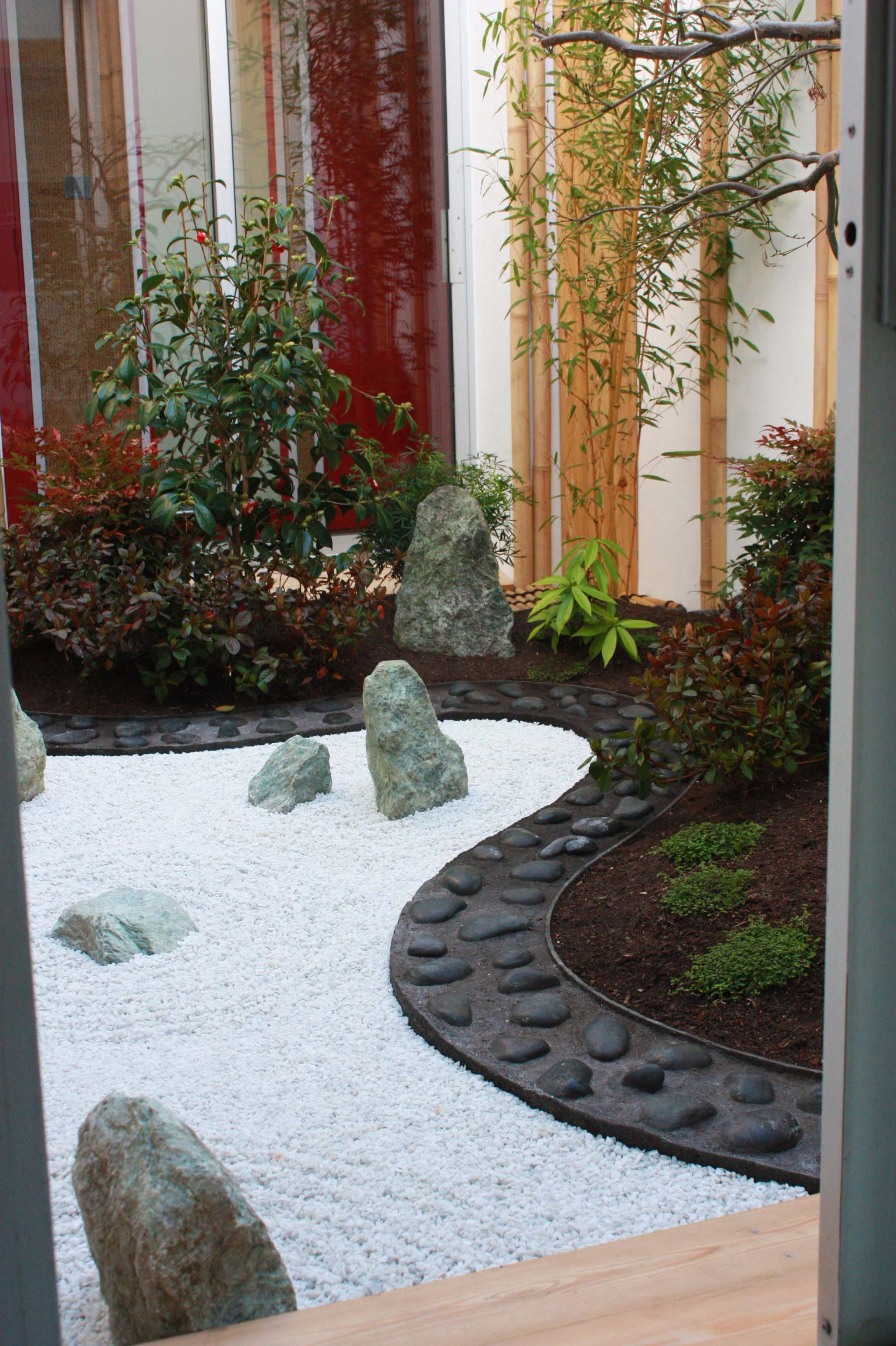 jardin japonais dans un patio jardins du japon et d 39 ailleurs. Black Bedroom Furniture Sets. Home Design Ideas